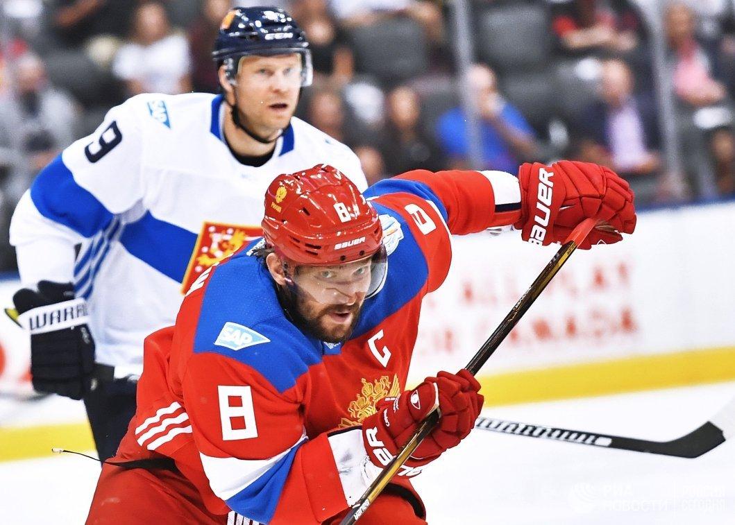 Нападающий сборной Финляндии Микко Койву и форвард сборной России Александр Овечкин (справа)