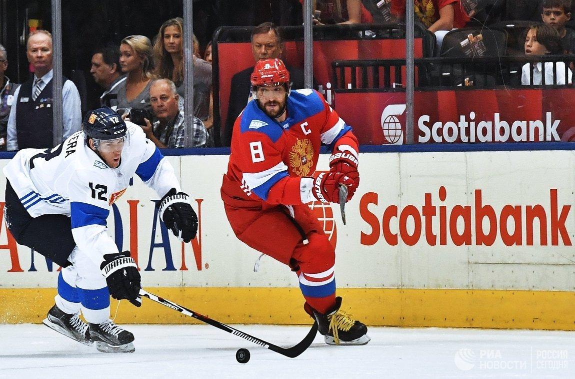 Нападающий сборной Финляндии Йори Лехтеря и форвард сборной России Александр Овечкин (справа)