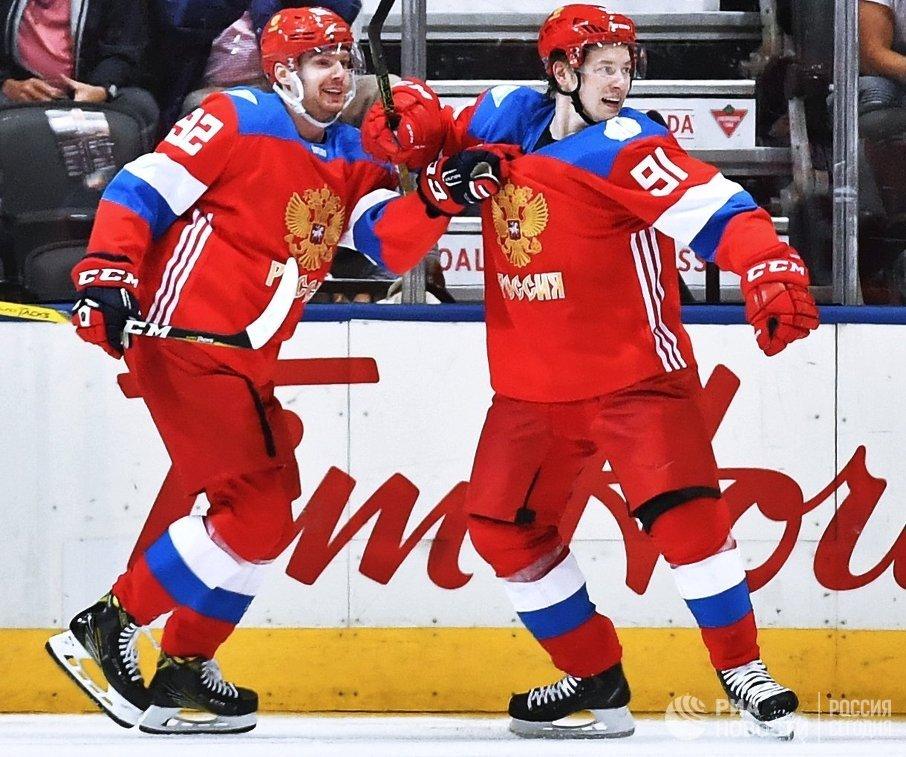 Хоккеисты сборной России Евгений Кузнецов и Владимир Тарасенко (слева направо)