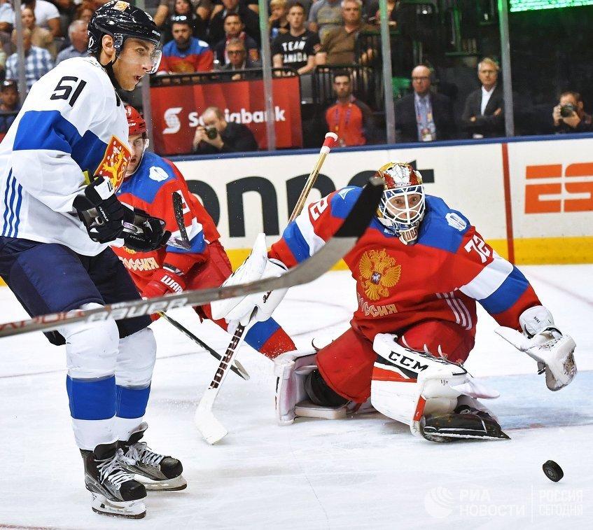 Нападающий сборной Финляндии Валттери Фильппула и вратарь сборной России Сергей Бобровский (справа)