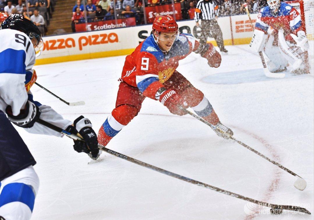 Защитник сборной России Дмитрий Орлов (в центре)