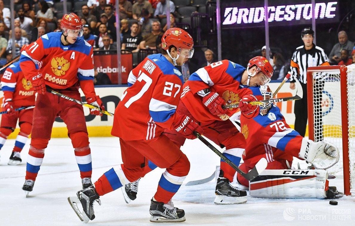 Хоккеисты сборной России Евгений Малкин, Артемий Панарин (слева направо) и вратарь сборной России Сергей Бобровский (справа)