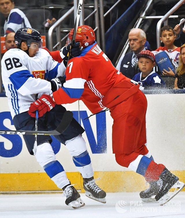 Нападающий сборной Финляндии Теуво Терявяйнен и защитник сборной России Дмитрий Куликов (справа)