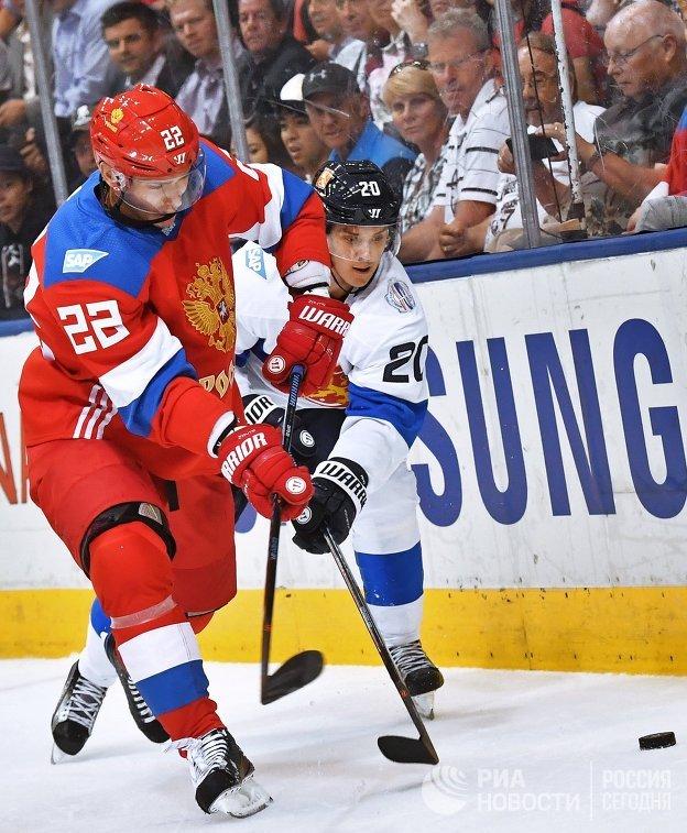 Защитник сборной России Никита Зайцев и форвард сборной Финляндии Себастьян Ахо (справа)