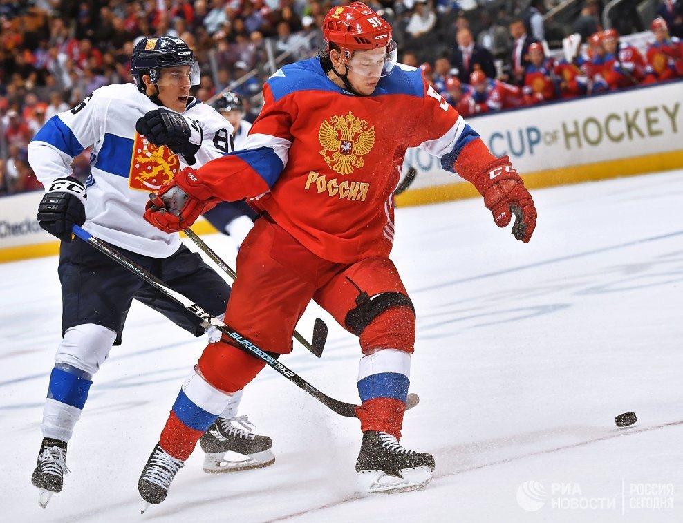 Нападающий сборной Финляндии Теуво Терявяйнен и форвард сборной России Владимир Тарасенко (справа)