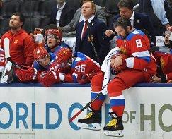 Нападающий сборной России Александр Овечкин (справа)