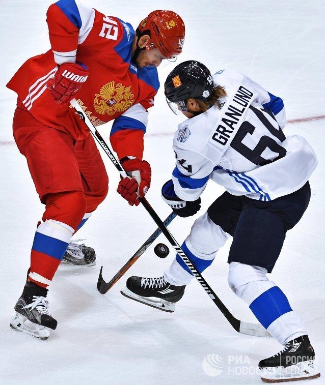 Нападающий сборной России Артём Анисимов и форвард сборной Финляндии Микаэль Гранлунд (справа)