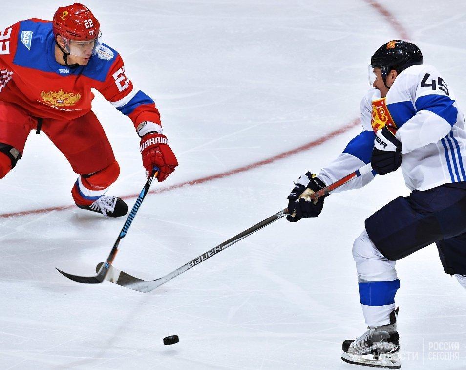 Защитник сборной России Никита Зайцев и защитник сборной Финляндии Сами Ватанен (справа)