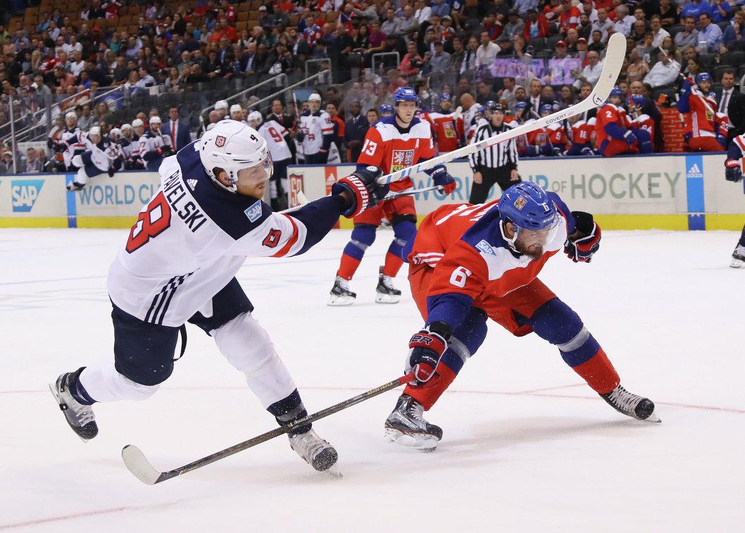 Нападающий сборной США Джо Павелски и защитник сборной Чехии Михал Кемпны (слева направо)