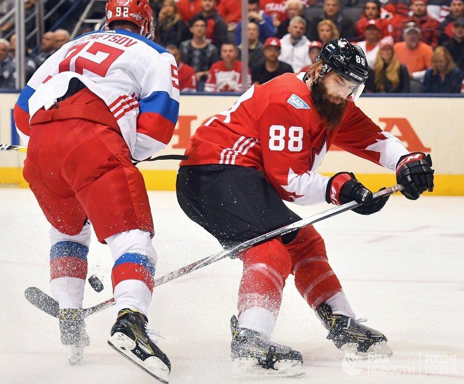 Нападающий сборной России Евгений Кузнецов (слева) и защитник сборной Канады Брент Бёрнс
