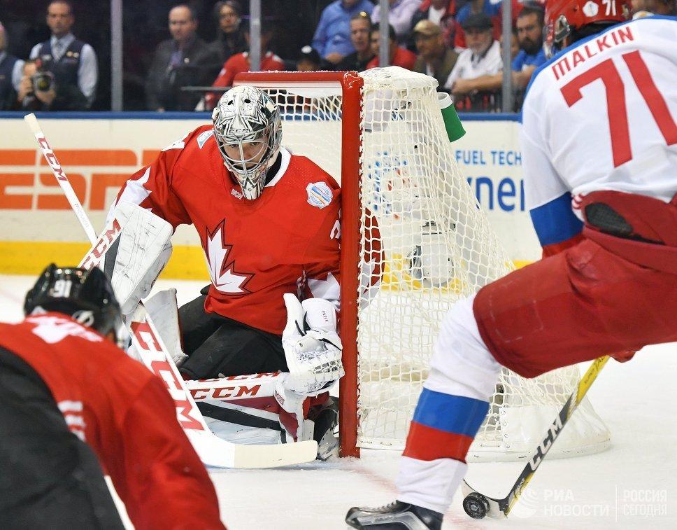 Вратарь сборной Канады Кэри Прайс (слева) и нападающий сборной России Евгений Малкин