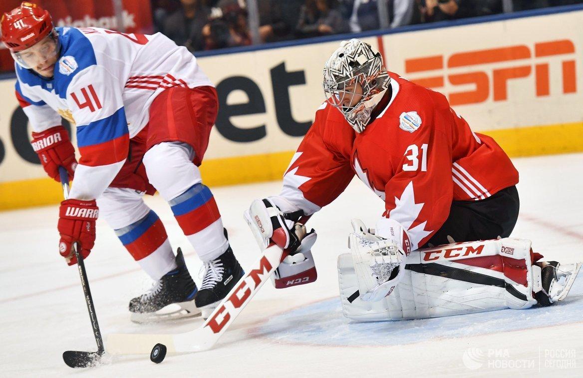 Вратарь сборной Канады Кэри Прайс (справа) и нападающий сборной России Николай Кулёмин