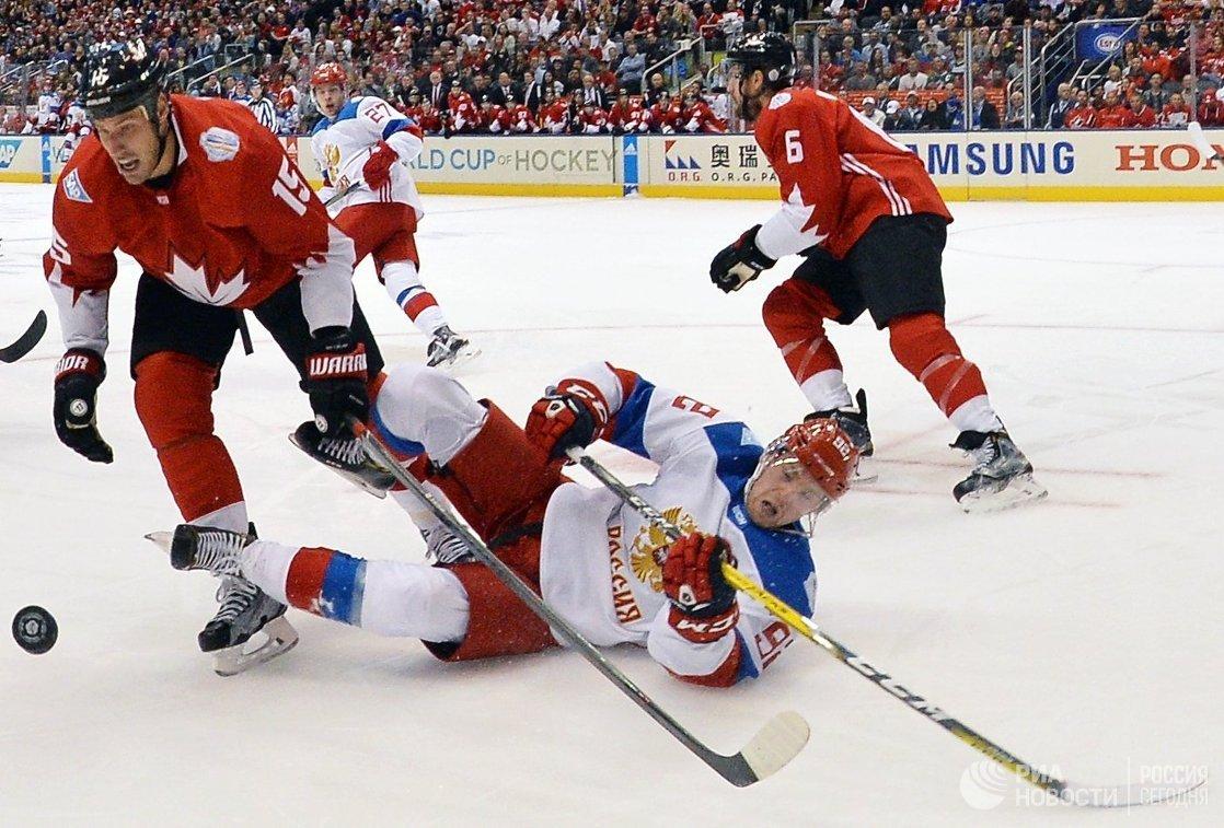 Нападающие сборной Канады Райан Гецлаф (слева) и сборной России Евгений Кузнецов