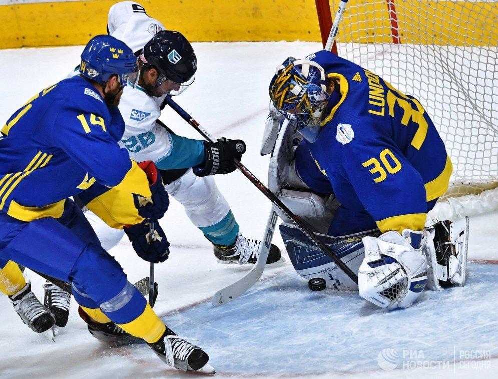 Защитник сборной Швеции Маттиас Экхольм, форврад сборной Европы Томас Ванек и вратарь сборной Швеции Хенрик Лундквист (слева направо)