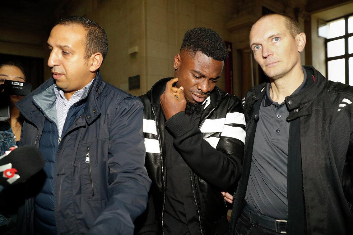 Защитник французского футбольного клуба Пари Сен-Жермен Серж Орье (в центре)