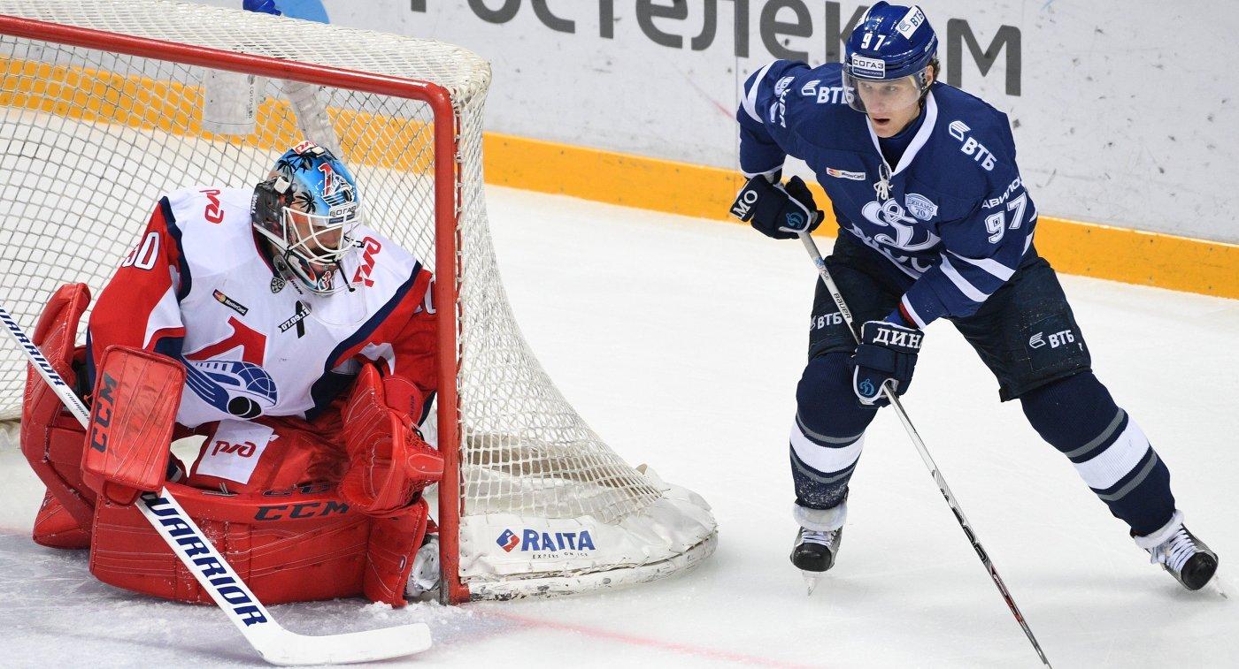 Вратарь Локомотива Алексей Мурыгин (слева) и нападающий Динамо Максим Карпов