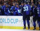 Хоккеисты сборной Европы поздравляют Здено Хару (второй справа) с заброшенной шайбой