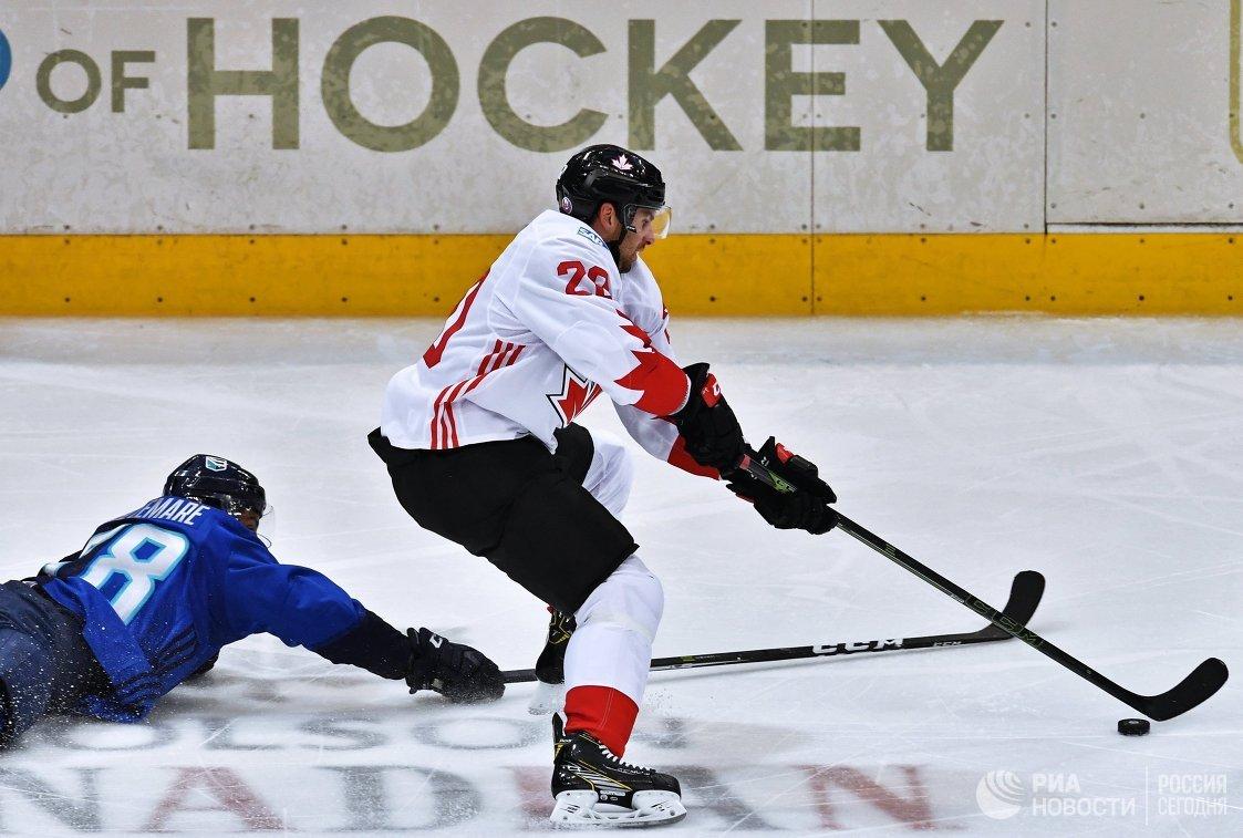 Форвард сборной Европы Пьер-Эдуар Белльмар и нападающий сборной Канады Клод Жиру (справа)