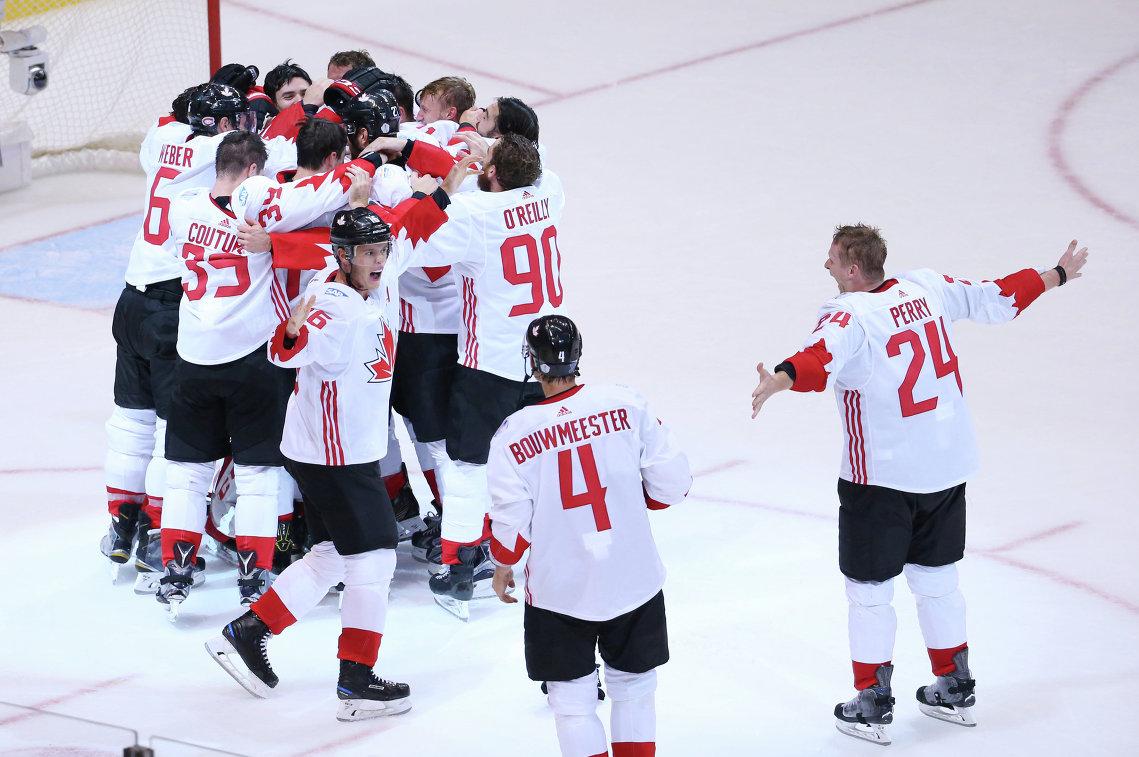 Хоккеисты сборной Канады радуются победе в Кубке мира