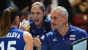 Главный тренер сборной России Юрий Маричев дает указания игрокам своей команды