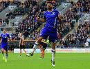 Нападающий Челси Диего Коста радуется забитому мячу