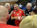 Дмитрий Рогозин (в центре) перед товарищеским матчем по гандболу между сборными СССР и России