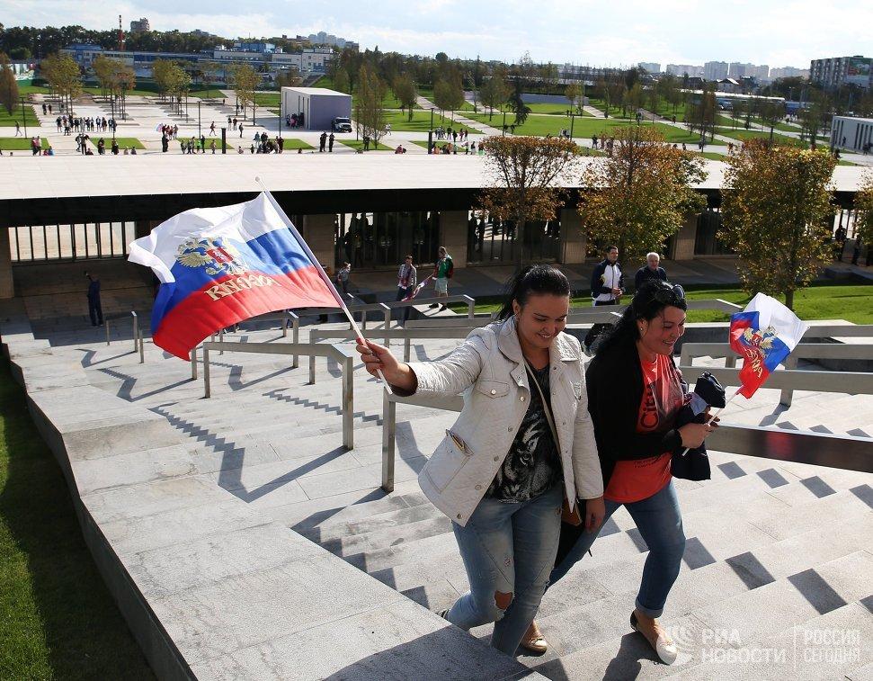 Болельщицы сборной России возле стадиона ФК Краснодар