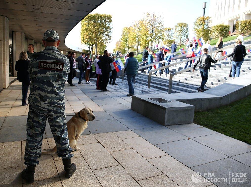 Сотрудник полиции возле стадиона ФК Краснодар