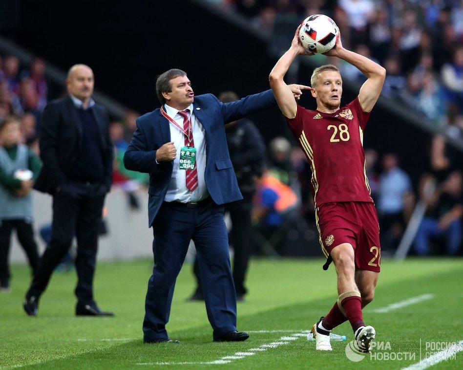 Защитник сборной России Игорь Смольников (справа) и главный тренер сборной Коста-Рики Оскар Рамирес