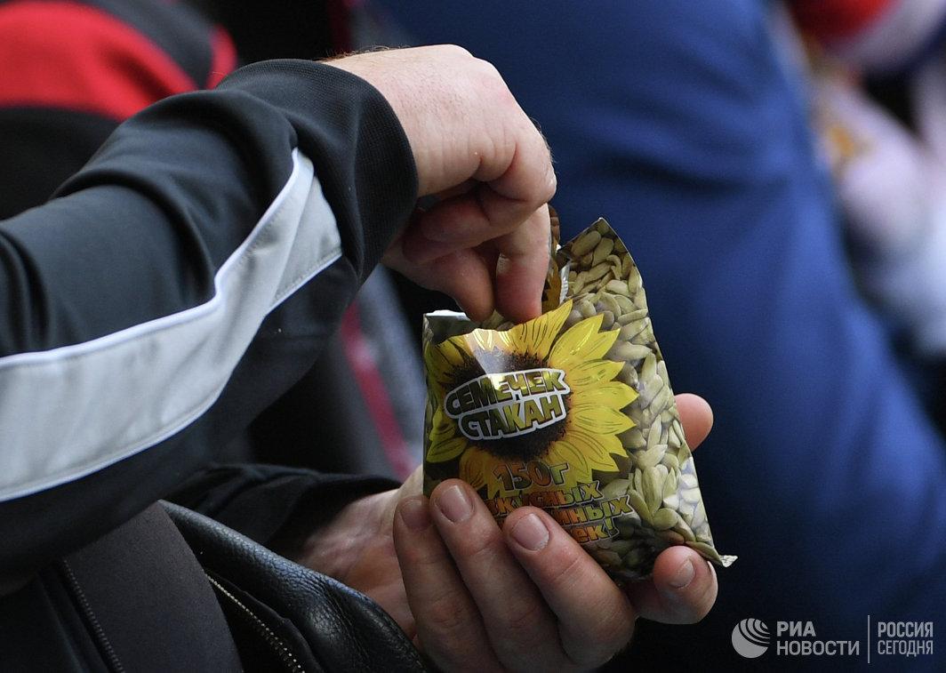 Российские болельщики едят семечки