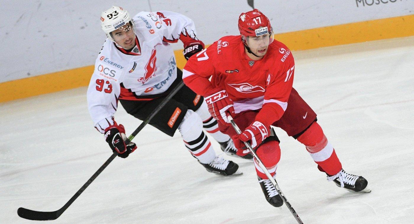 Нападающие ХК Спартак Артём Воронин (справа) и ХК Авангард Данил Файзуллин