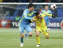 Защитник сборной Казахстана по футболу Елдос Ахметов и полузащитник команды Румынии Адриан Попа (слева направо)