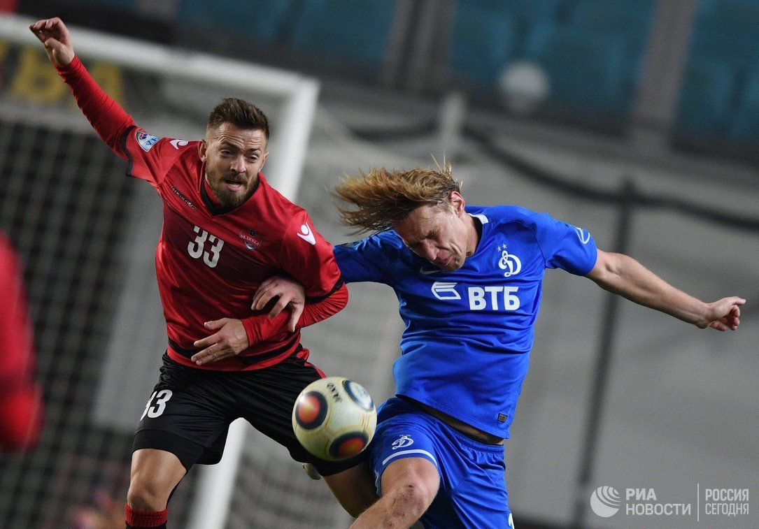 Нападающий ФК Химки Даниел Сикорски (слева) и защитник ФК Динамо Дмитрий Белоруков