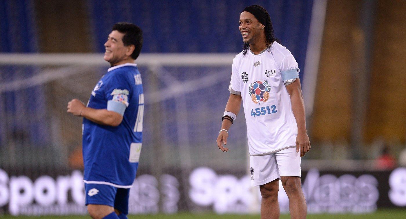 Диего Марадона (слева) и Роналдиньо