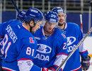 Хоккеисты Лады радуются заброшенной шайбе