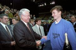 Борис Ельцин (слева) поздравляет российского теннисиста Александра Волкова с победой на Кубке Кремля