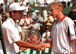 Пит Сампрас и Евгений Кафельников (слева направо) после окончания полуфинального матча Ролан Гаррос в 1996 году