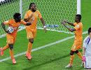 нападающие Кот-д'Ивуара Дидье Дрогба, Жервиньо и Саломон Калу празднуют забитый гол в ворота сборной Японии.