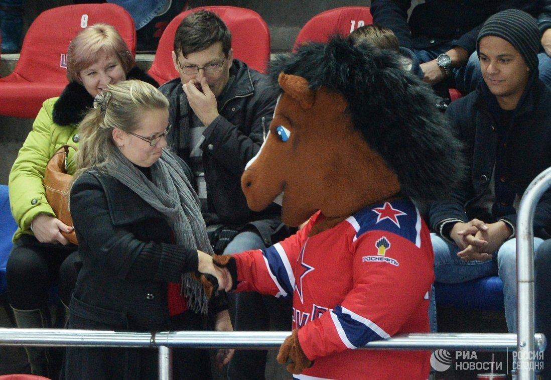Зритель и маскот ЦСКА в матче регулярного чемпионата Континентальной хоккейной лиги