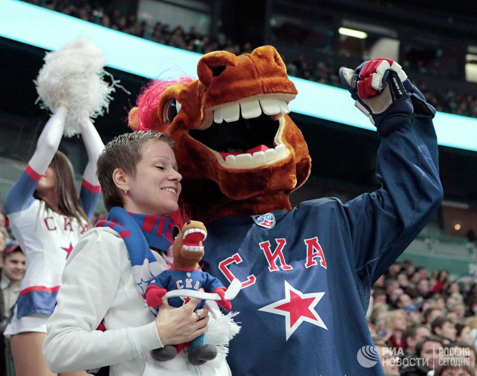 Болельщица и талисман хоккейного клуба СКА Конь-Огонь