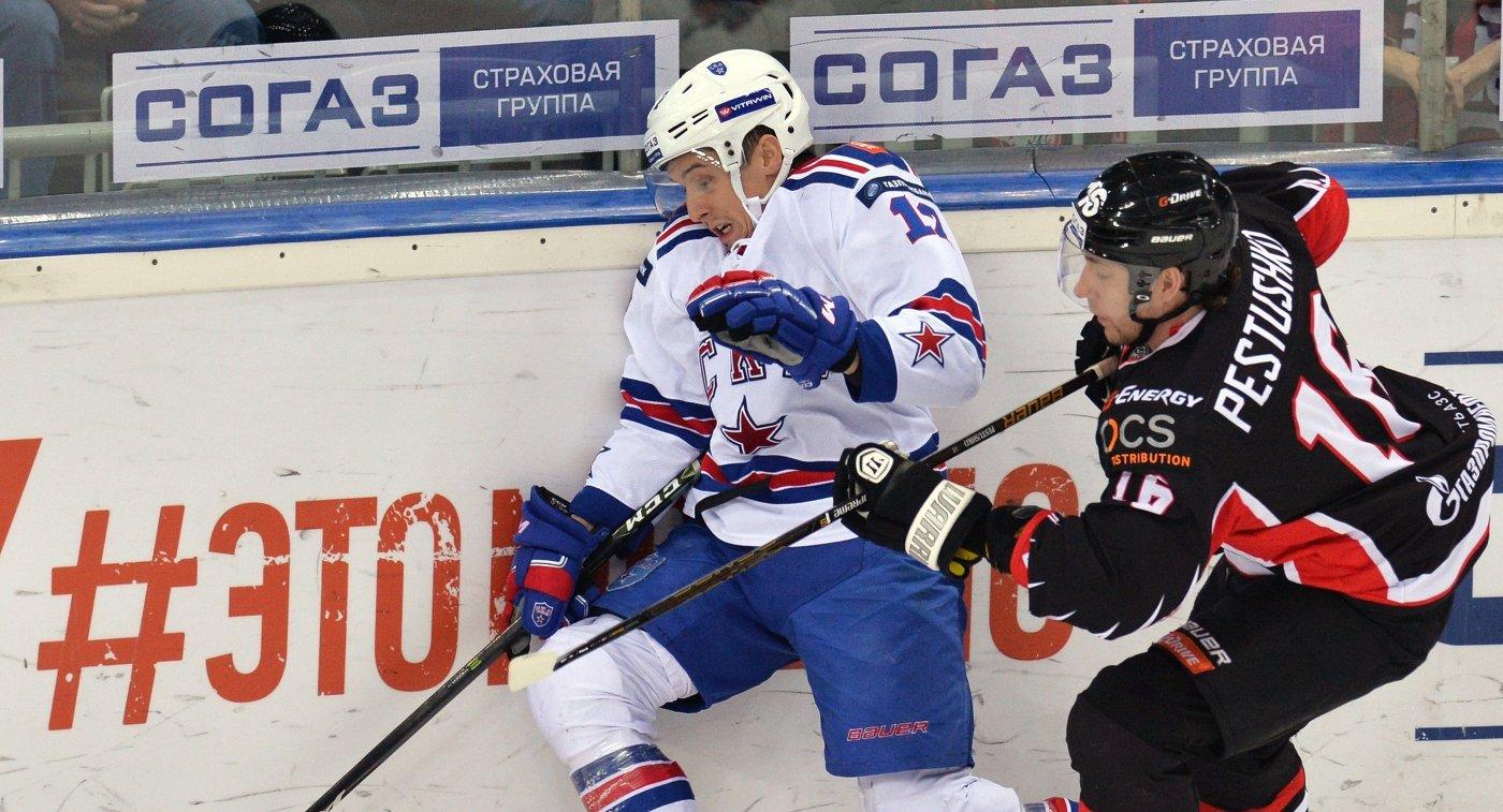 Форвард Авангарда Максим Пестушко (справа) и нападающий СКА Стив Мозес