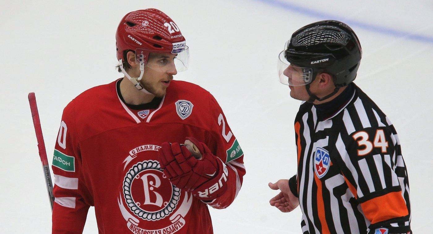 Форвард ХК Витязь Марио Кемпе (слева)