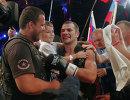 Россиянин Дмитрий Чудинов (в центре), защитивший титул временного чемпиона мира по версии WBA