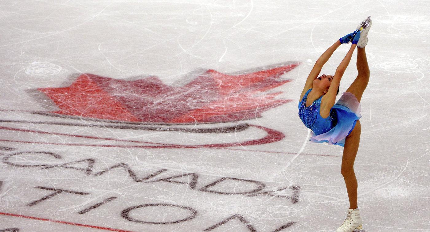 Евгения Медведева выступает на этапе Гран-при по фигурному катанию Skate Canada