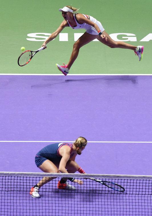 Российские теннисистки Елена Веснина (на втором плане) и Екатерина Макарова