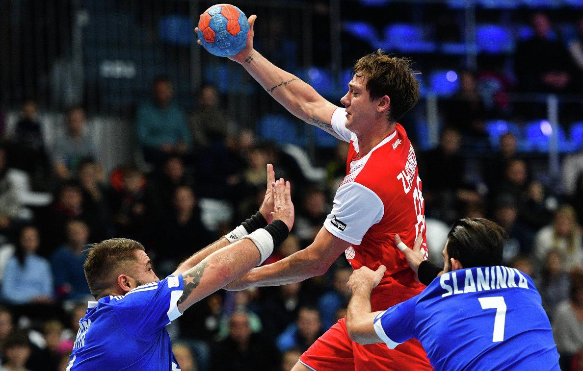 Игрок сборной России Дмитрий Житников (в центре)