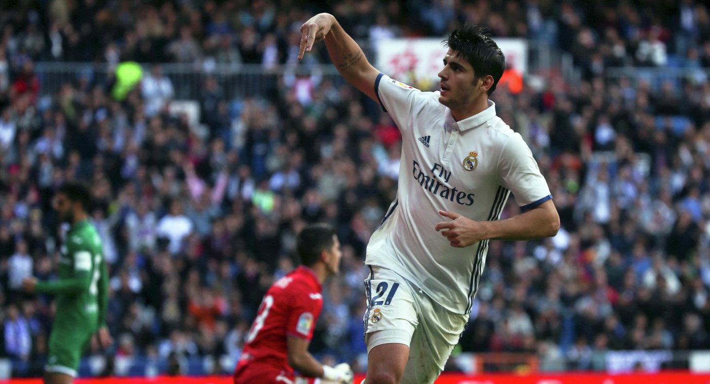 Нападающий Реала Альваро Мората радуется забитому мячу