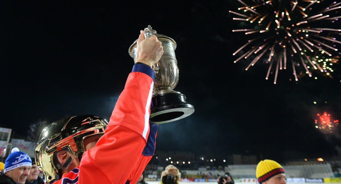 Игрок сборной России Юрий Шардаков с кубком чемпионов мира по хоккею с мячом