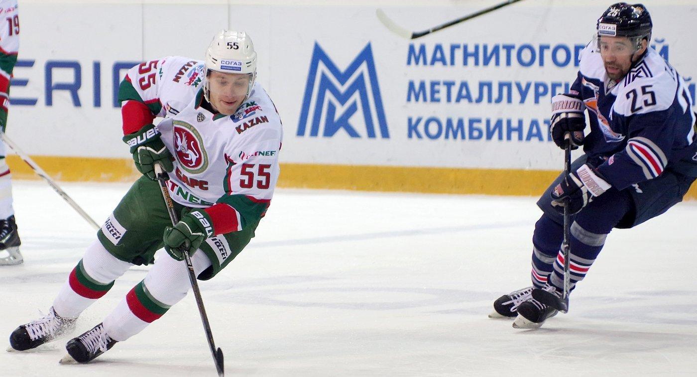 Нападающие Ак Барса Владимир Ткачёв (слева) и Металлурга Данис Зарипов