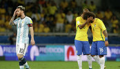 Нападающий сборной Аргентины Лионель Месси и футболисты сборной Бразилии Фернандиньо и Марсело (слева направо)